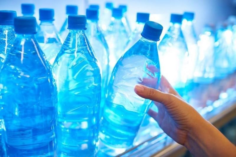 Apa îmbuteliată la pet ne face să înghiţim sute de substanţe nocive lunar