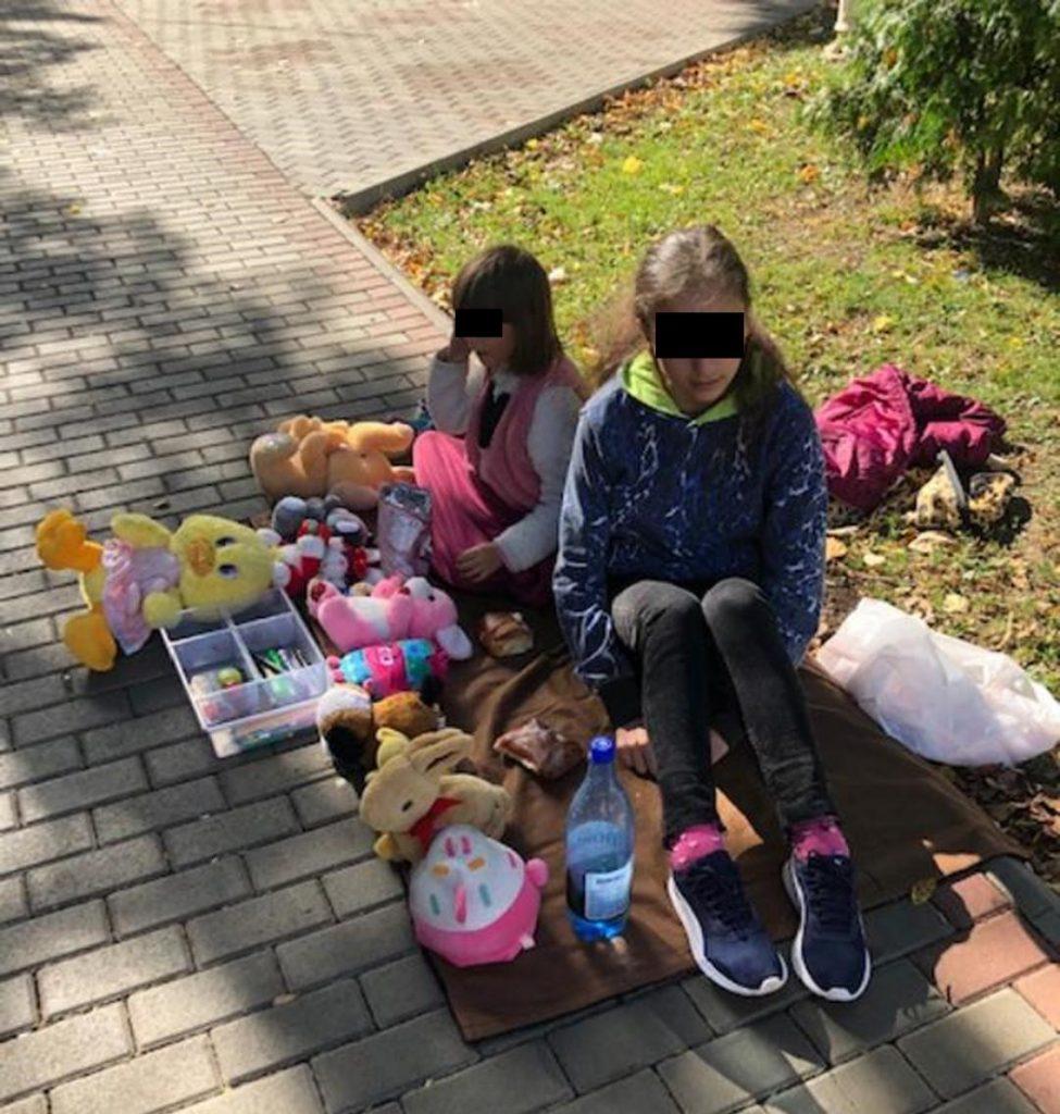 Două fetițe îşi vând plângând jucăriile ca să poată plăti facturile la curent și întreținere